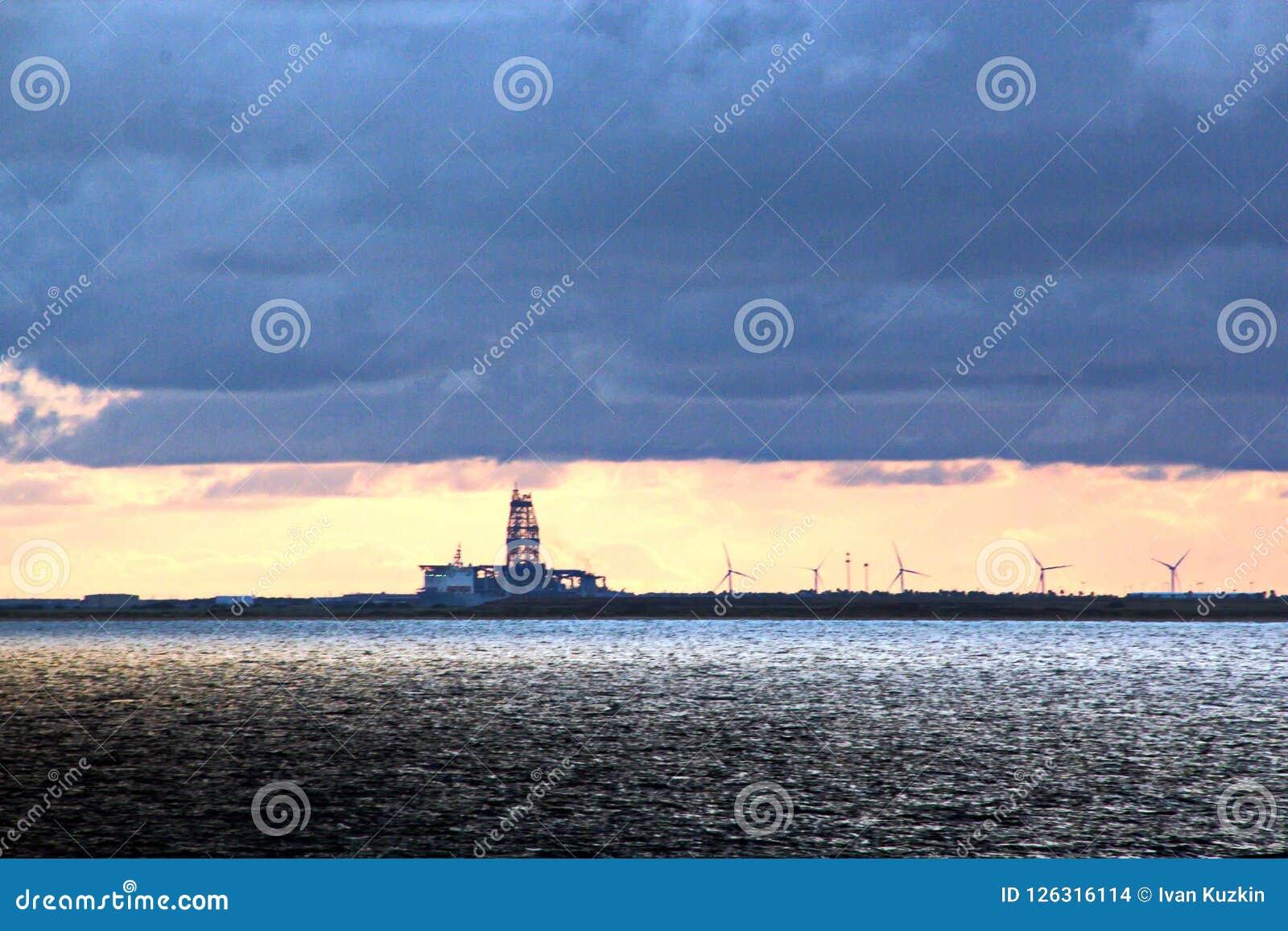 Vistas panorâmicas da costa da cidade de Brownsville, EUA no dia e na noite nos raios vermelhos do por do sol junho, 20