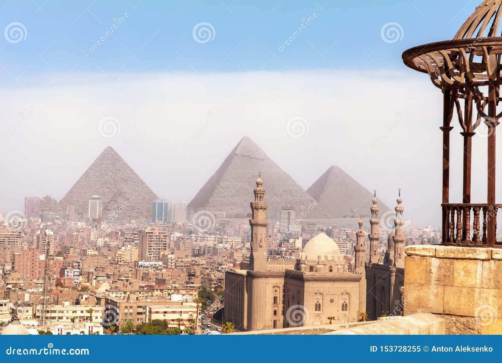 Vistas sabidas mundo de Egipto, opinión sobre las pirámides de Giza y la mezquita de El Cairo