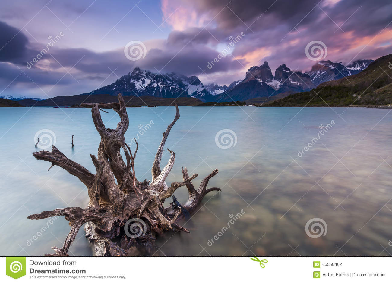 Vistas surpreendentes das montanhas e do lago