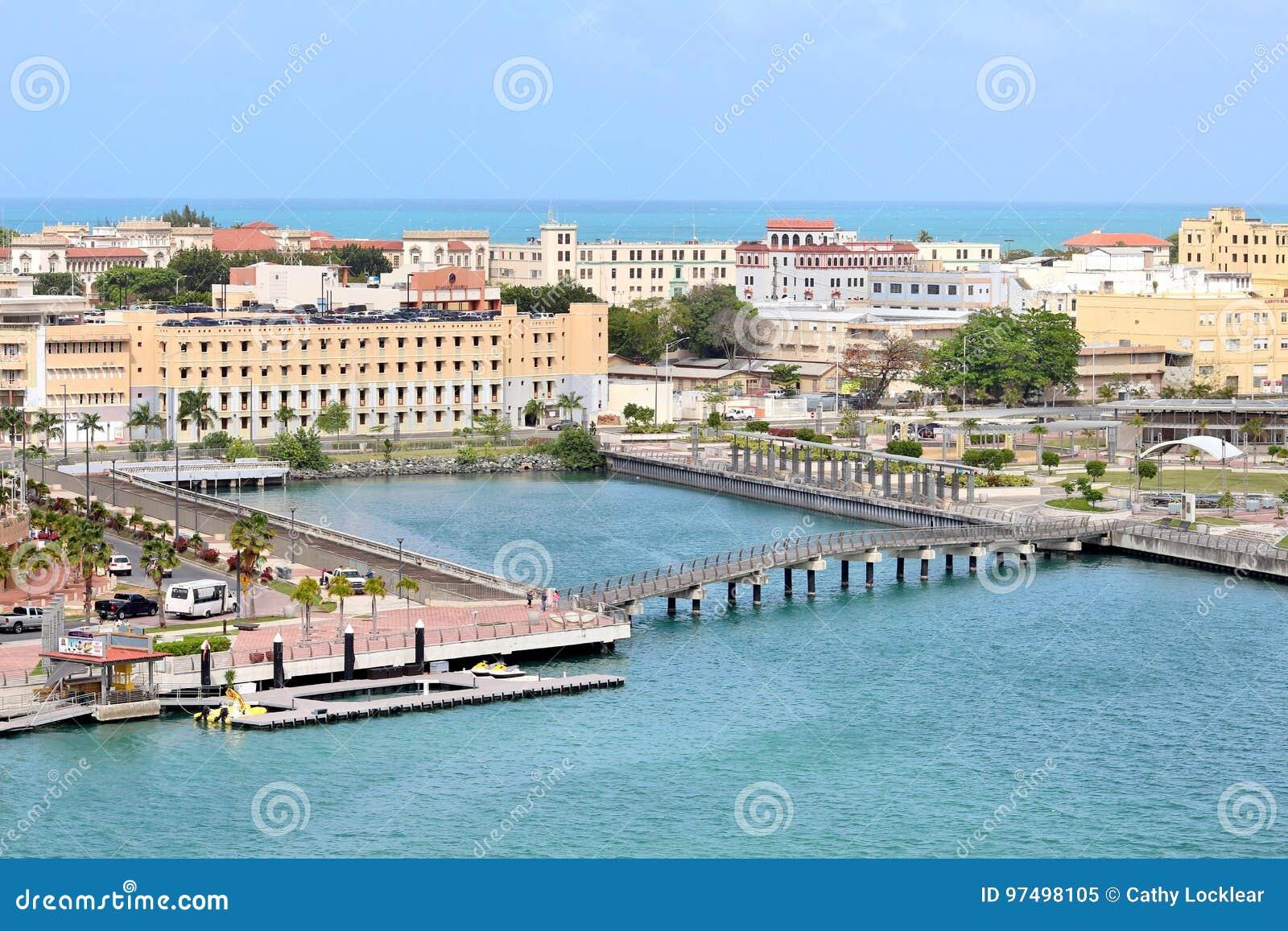 Viste di San Juan, Porto Rico della città da una nave da crociera
