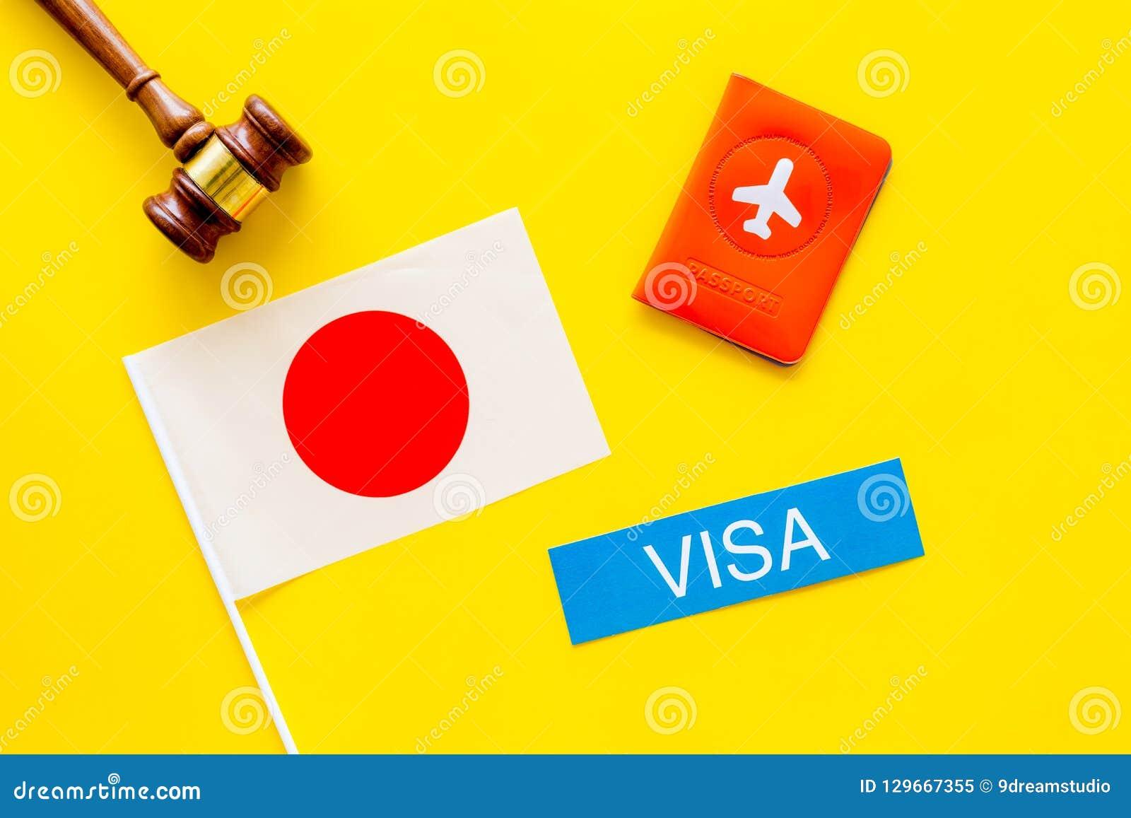 Visto ao conceito de Japão Visto do texto perto da tampa do passaporte e da bandeira japonesa, martelo na opinião superior do fun