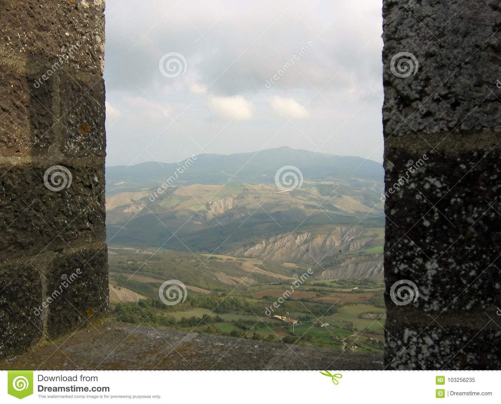 visto por la ventana de una fortaleza de ánimo de las colinas del