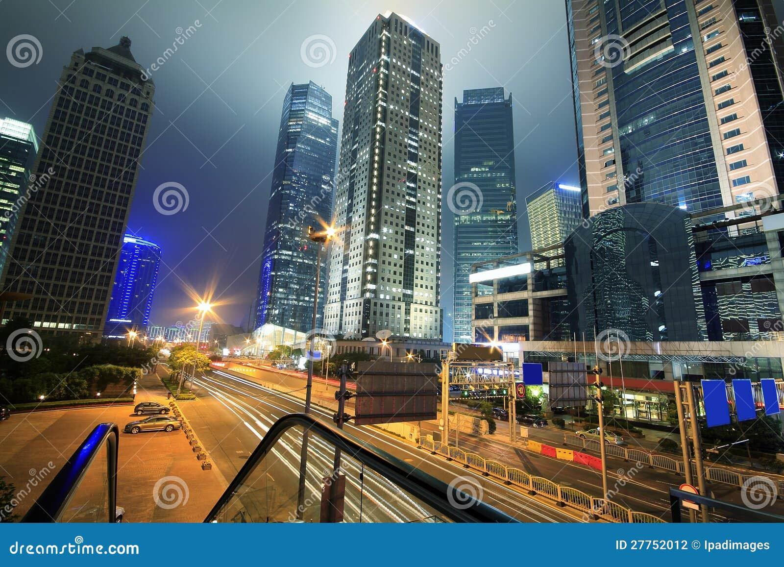 Visualisez la circulation par le paysage urbain moderne la nuit à Changhaï