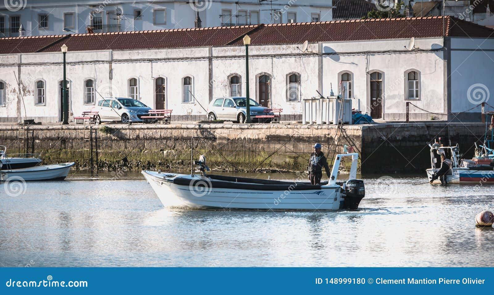Visualizzazione di piccole porte di pesca di Tavira, Portogallo