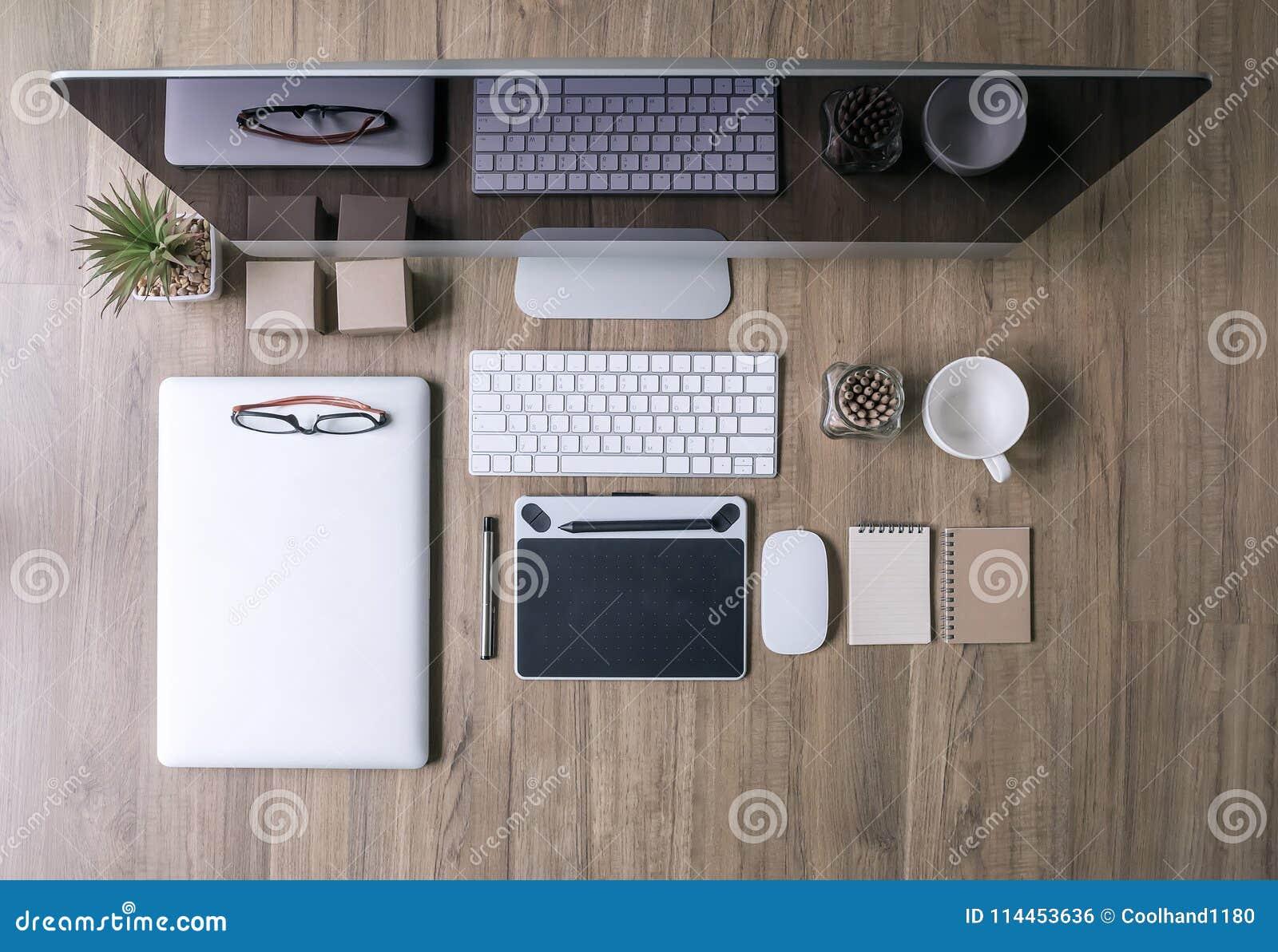 Disegno Uomo Alla Scrivania : Visualizzazione superiore del lavoro della scrivania con il
