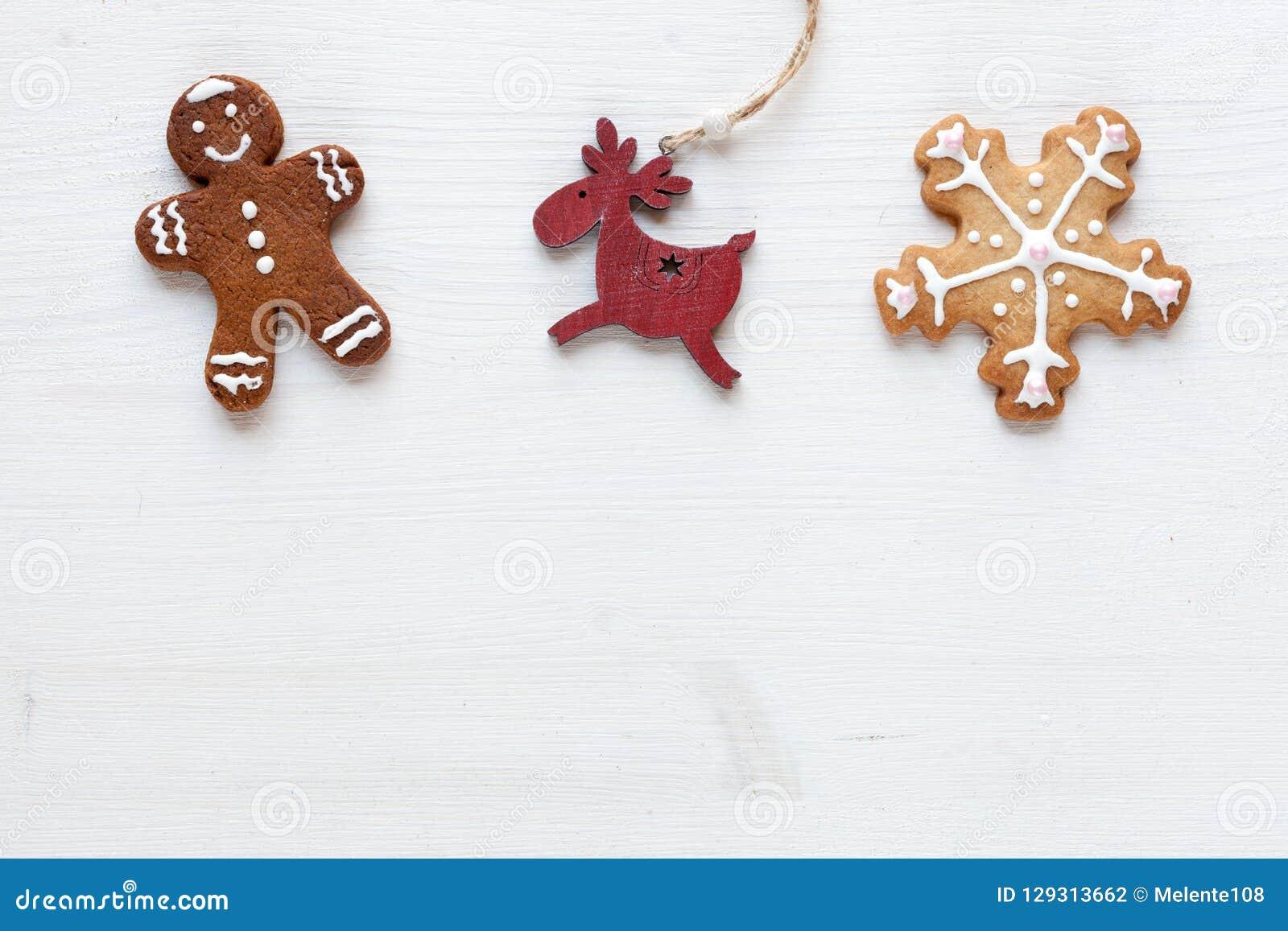 Vit bakgrund för jul med pepparkakor och annan juldekor