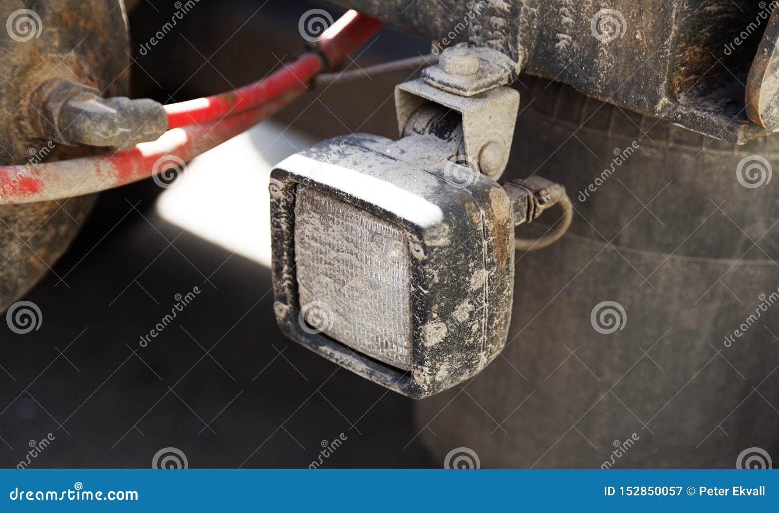 Vit billykta på baksidan av släpet som åker lastbil