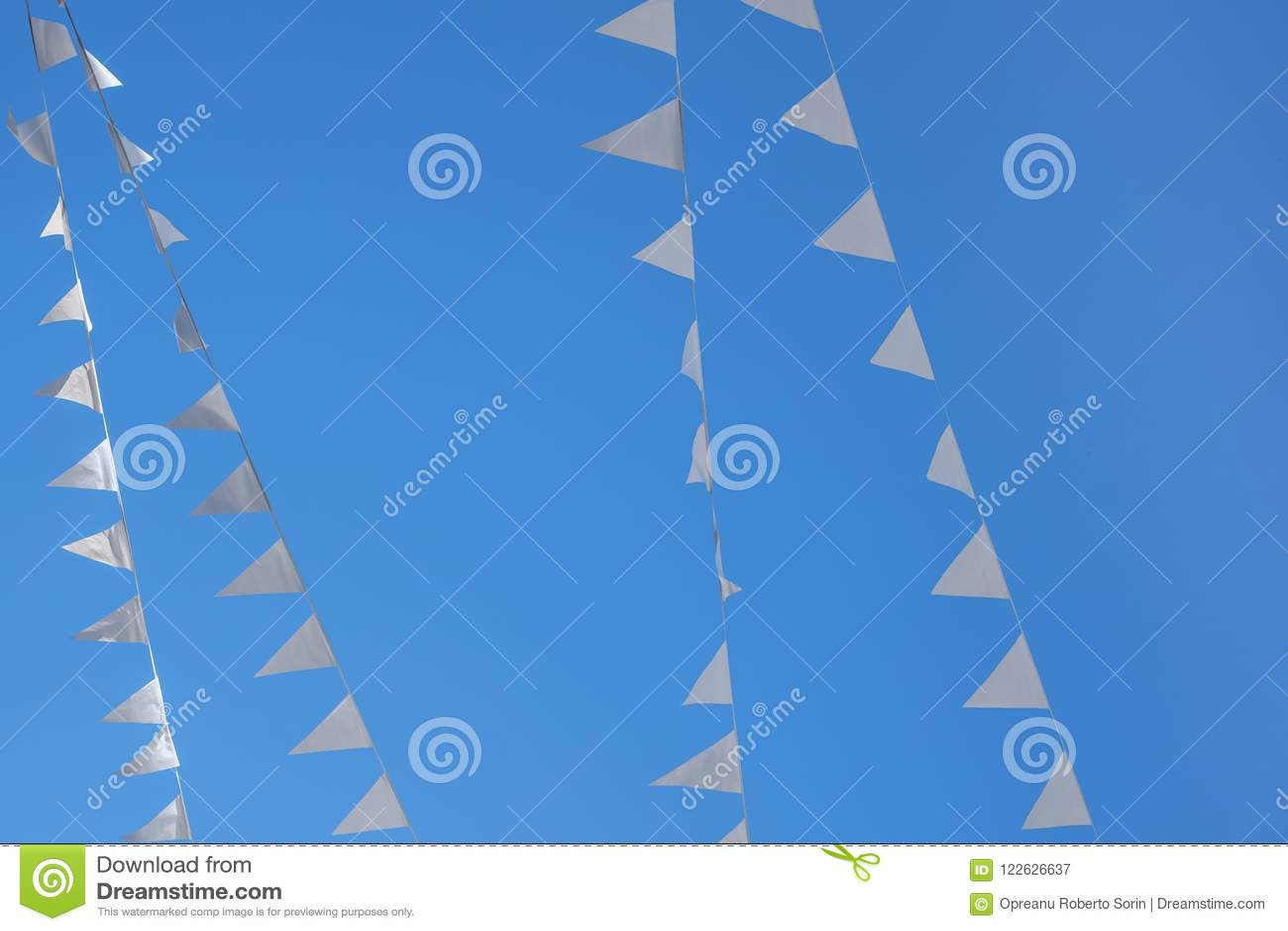 Vit blå himmel för flaggor utom fara