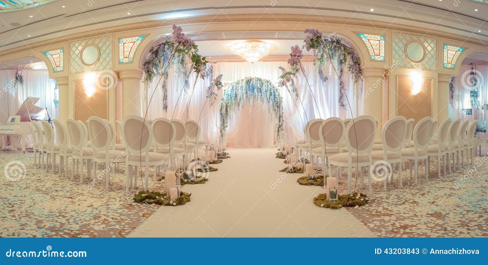 Download Vit bröllopbåge fotografering för bildbyråer. Bild av lövverk - 43203843