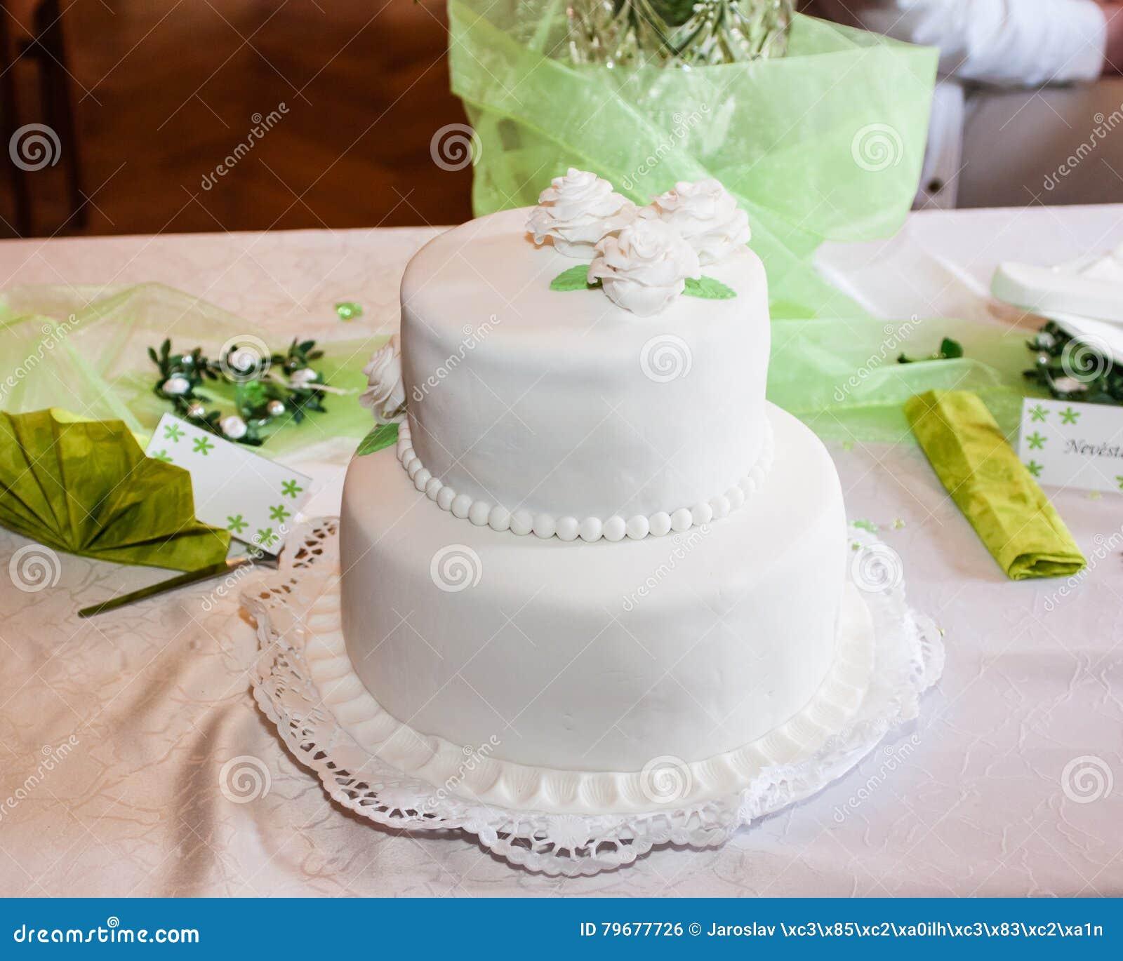 65baa7606db6 Vit bröllopstårta arkivfoto. Bild av bagerit, förälskelse - 79677726