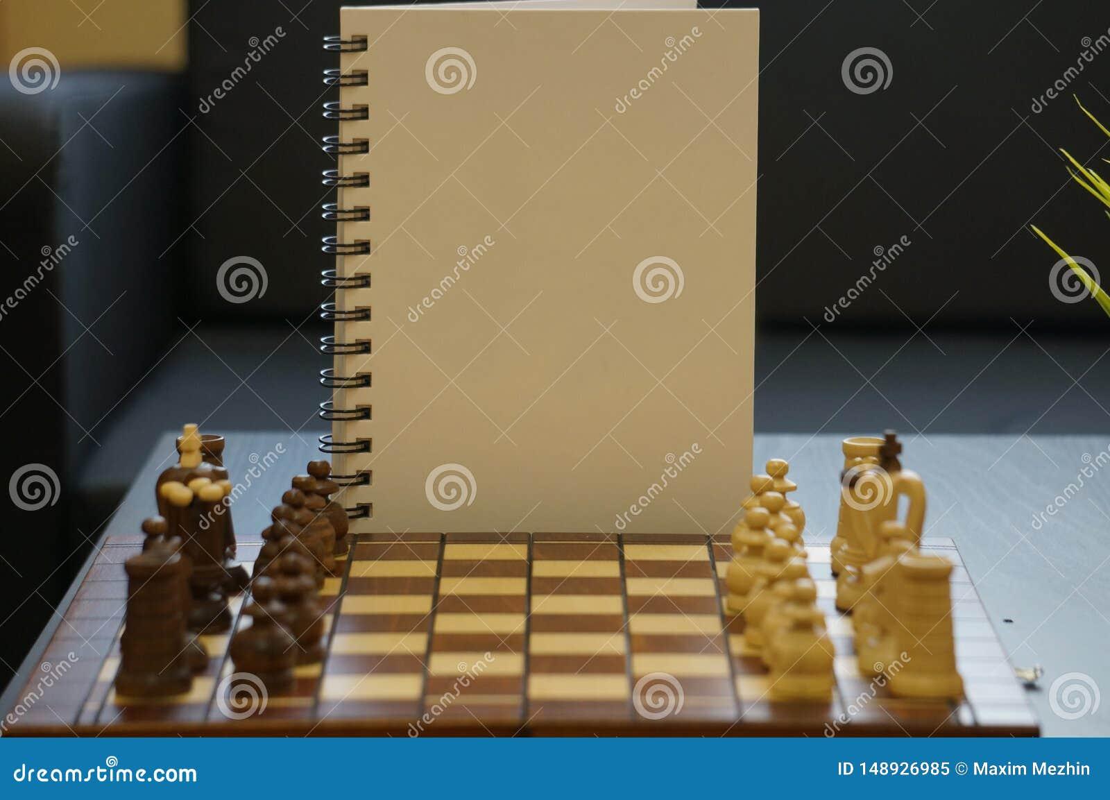 Vit dagbok med schackbr?det