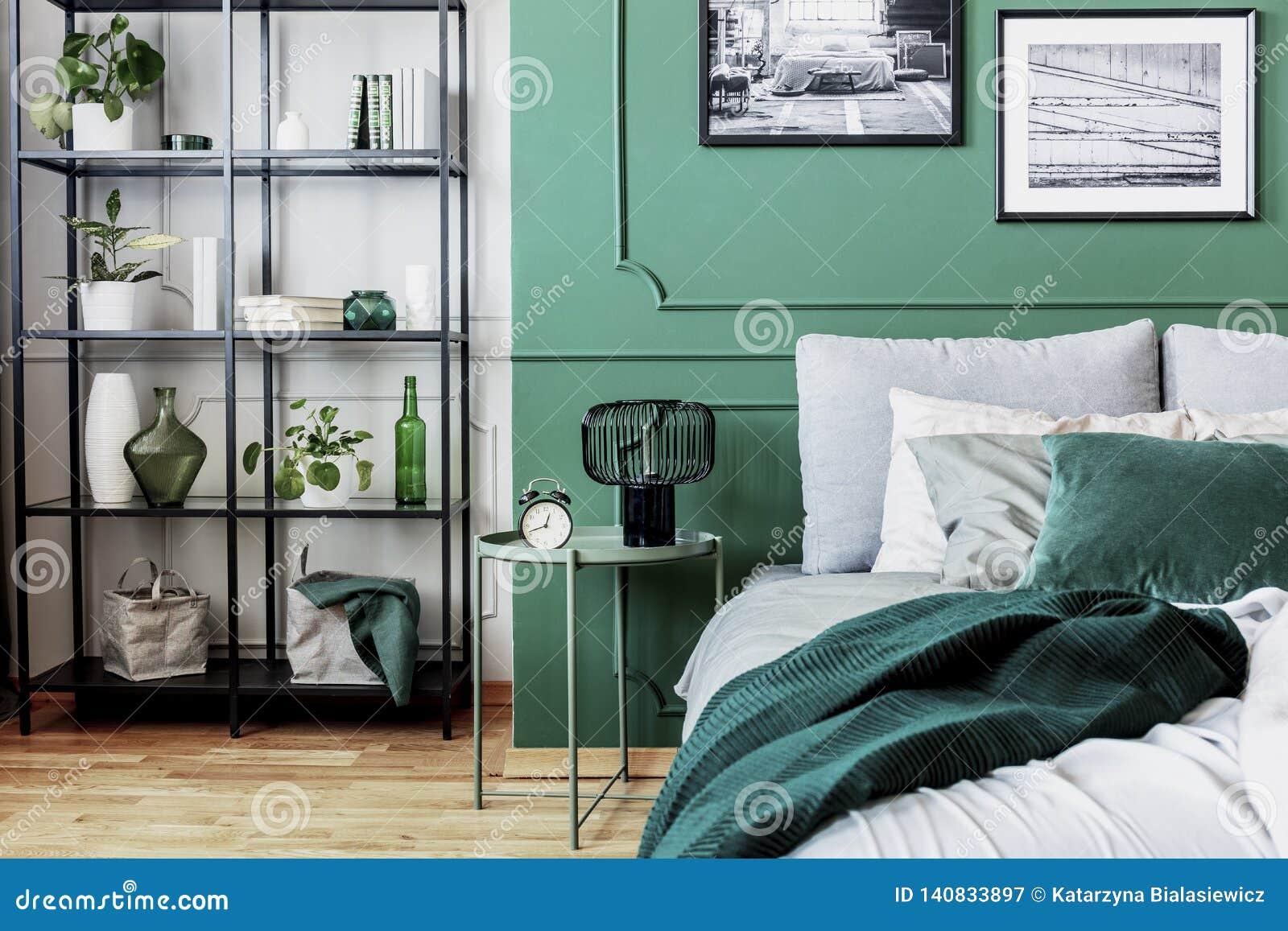 Vit, grå och grön flott sovruminredesign
