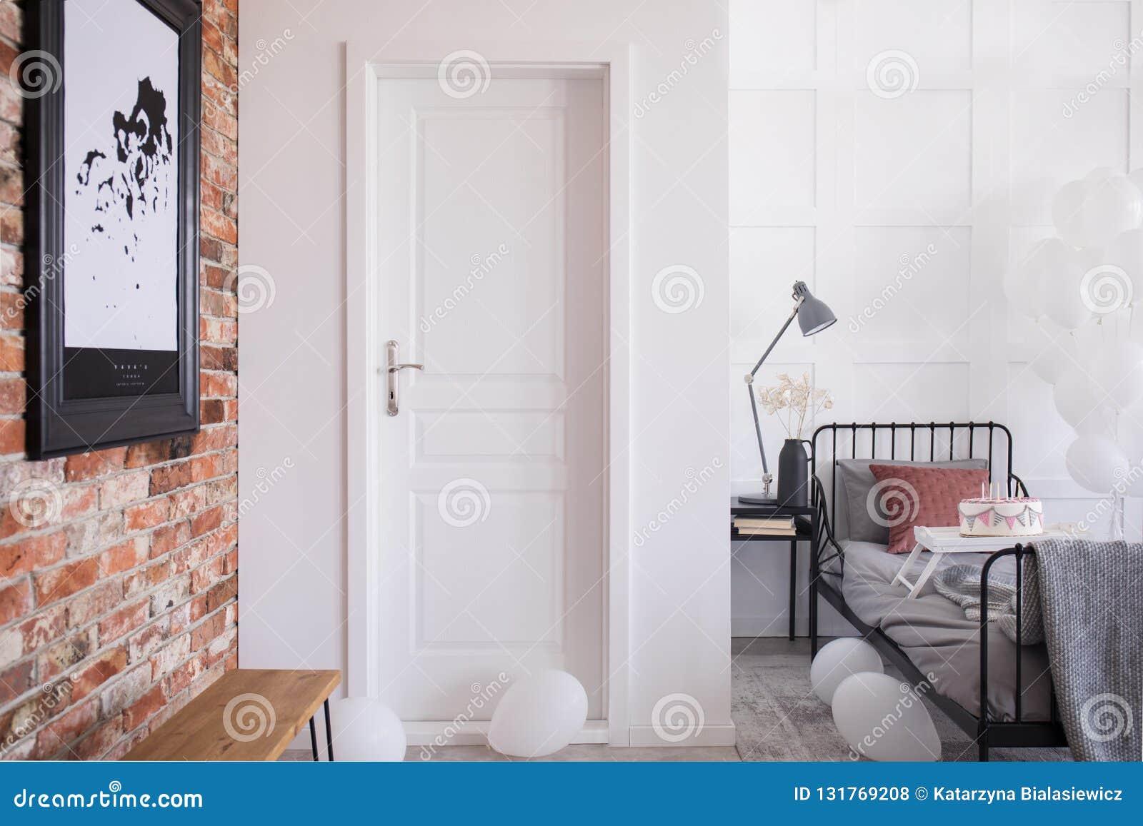Vit ingångsdörr till den stilfulla sovruminre, verkligt foto med kopian