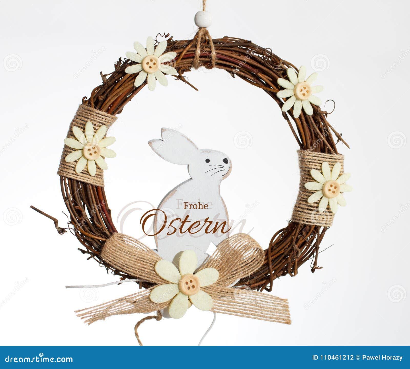 Vit kanin i en krans