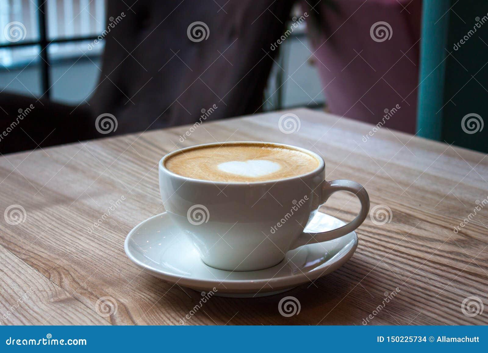 Vit kopp av cappuccino