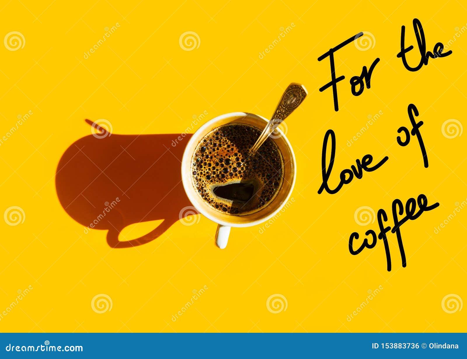 Vit kopp av nytt bryggat kaffe med den skummande cremateskeden på bästa sikt för fast gul bakgrund Handbokst?ver