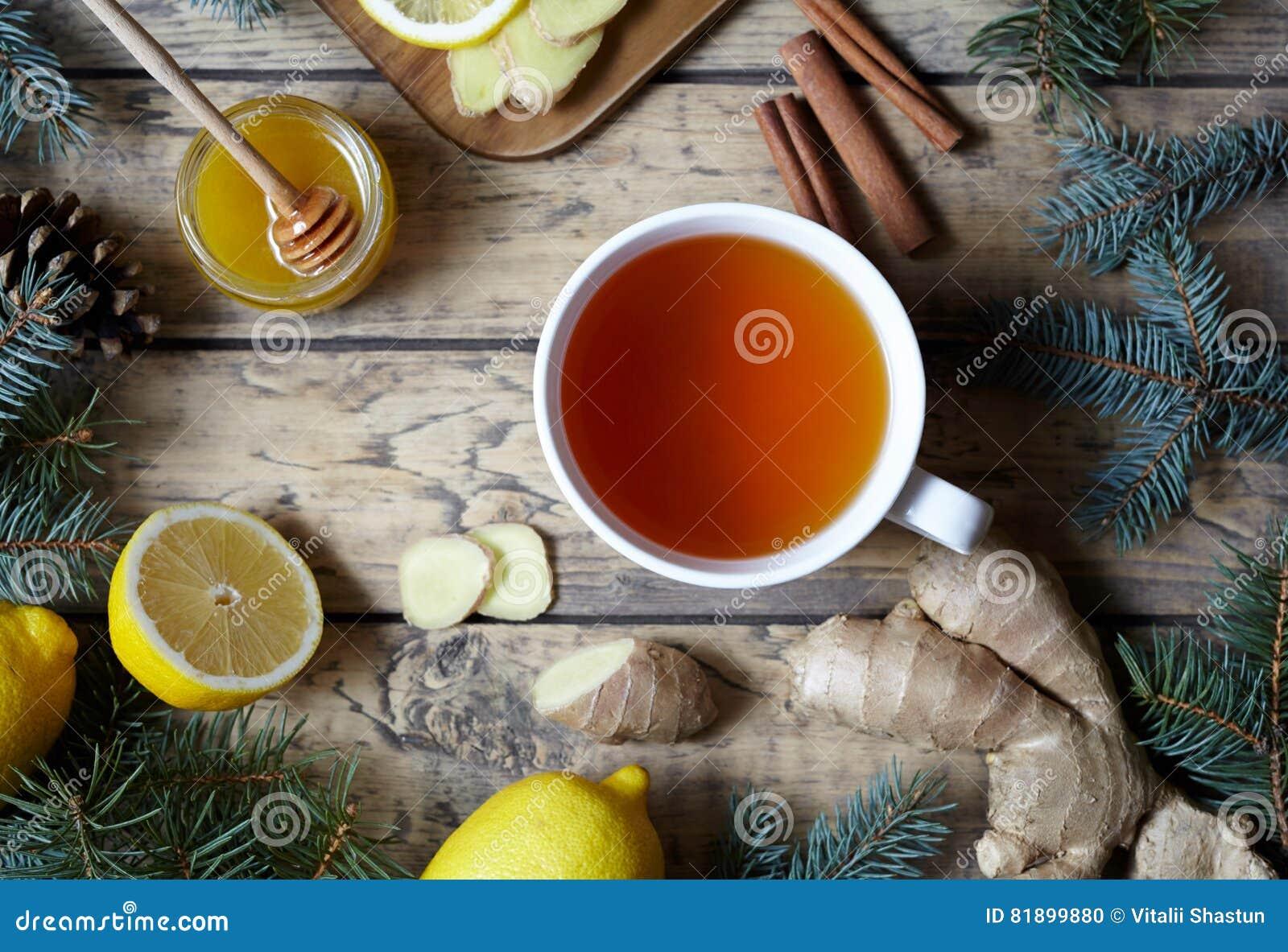Vit kopp av svart naturligt te med ingefäran, citronen och honung Sund drink Varmt vinterdryckbegrepp
