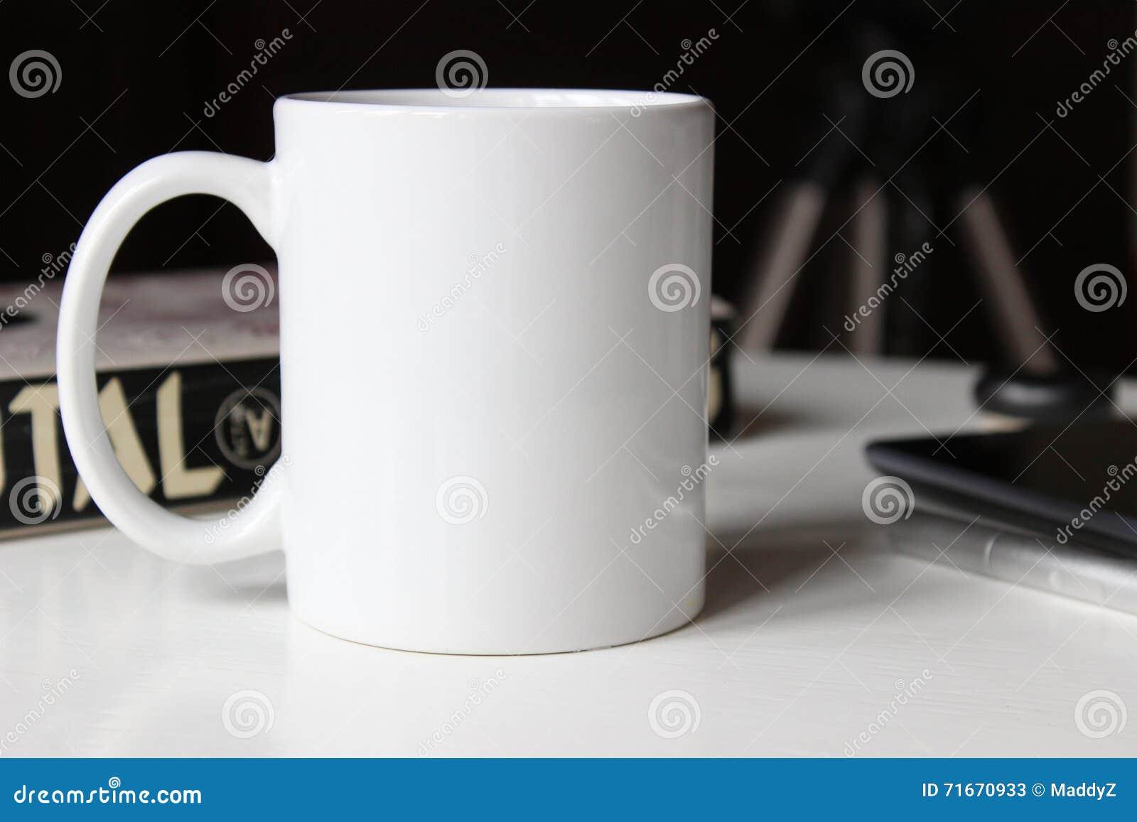 Vit kopp på en tabell