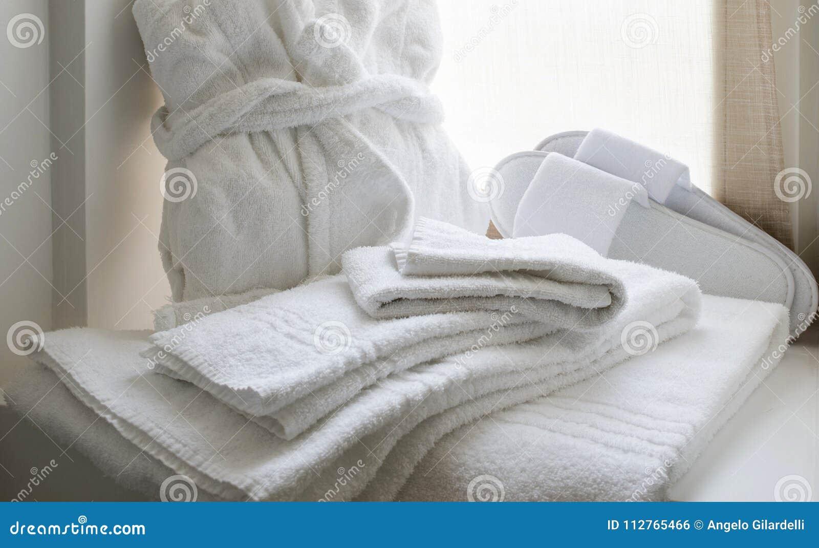 Vit linneuppsättning för badrum