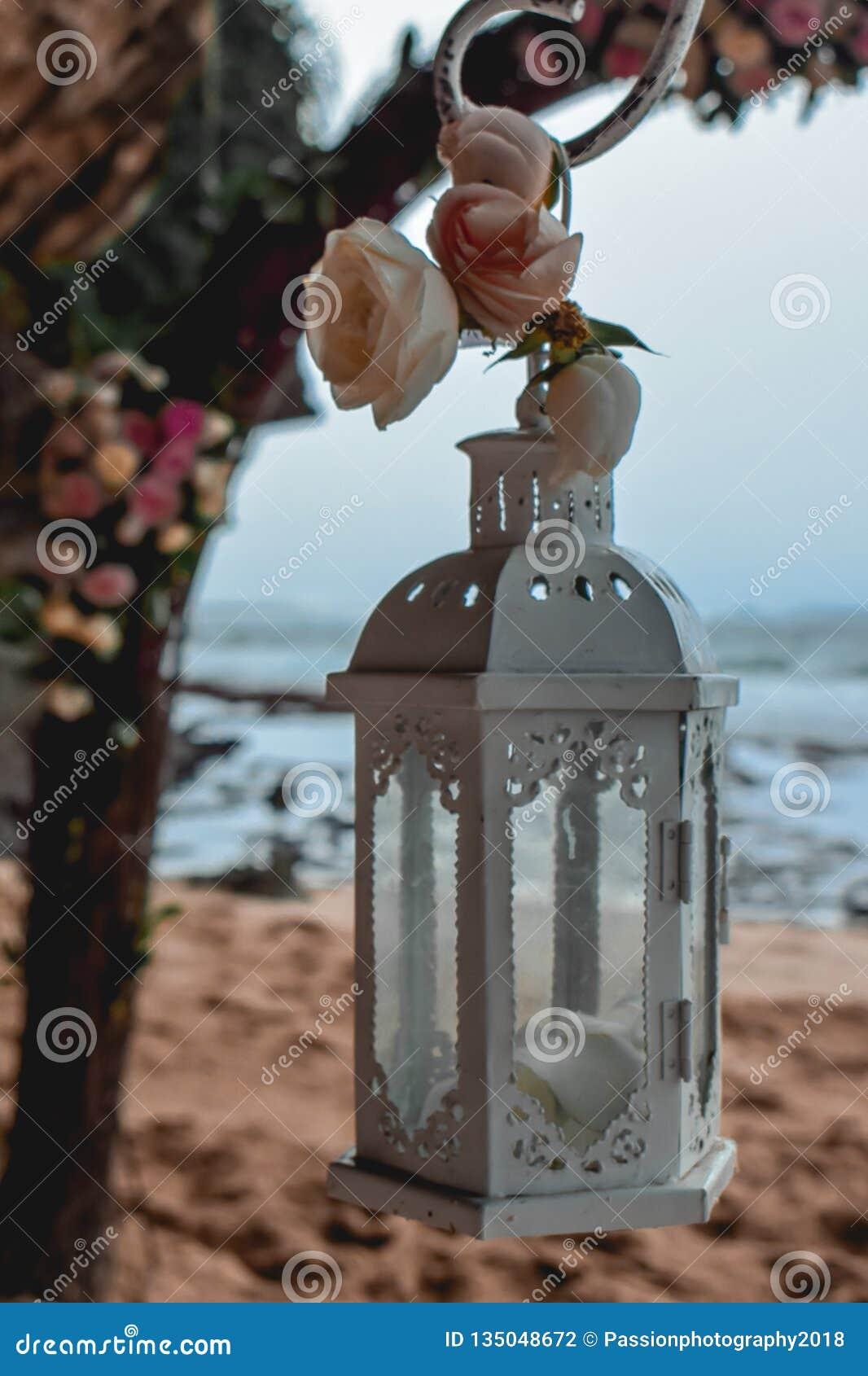 Vit lykta på ett strandbröllop