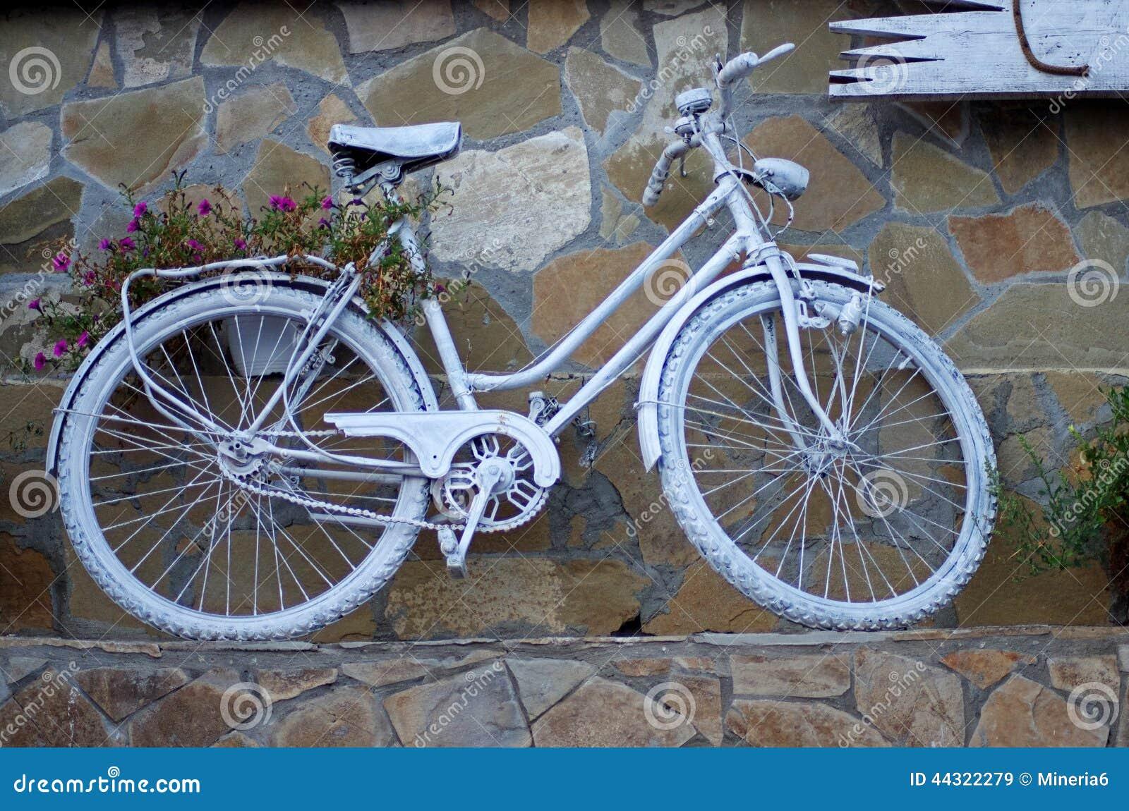 Vit målad cykel fotografering för bildbyråer. Bild av originellt ...