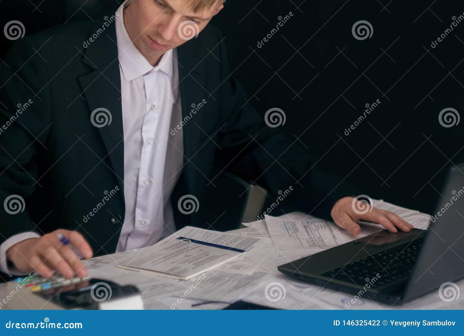 Vit man som arbetar i ett kontor med dokument Chefen g?r rapporten och fyller in f?rklaringen Aff?rsman p? arbete in