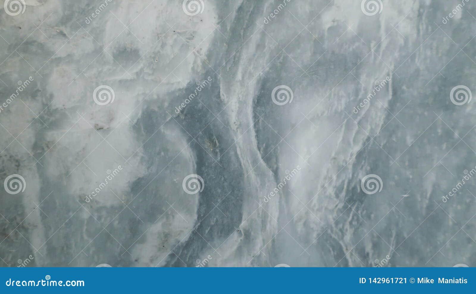 Vit marmorbakgrund med blått vatten