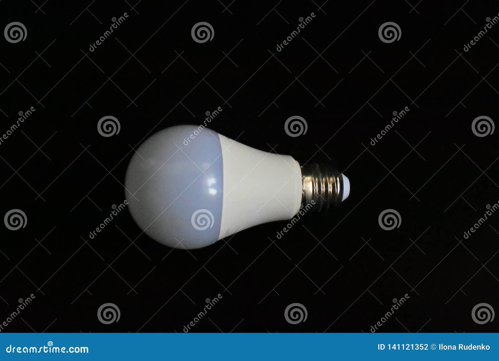 Vit modern ljus kula för Closeup till exempel av framsteget av produktion och teknologi på en svart backgro