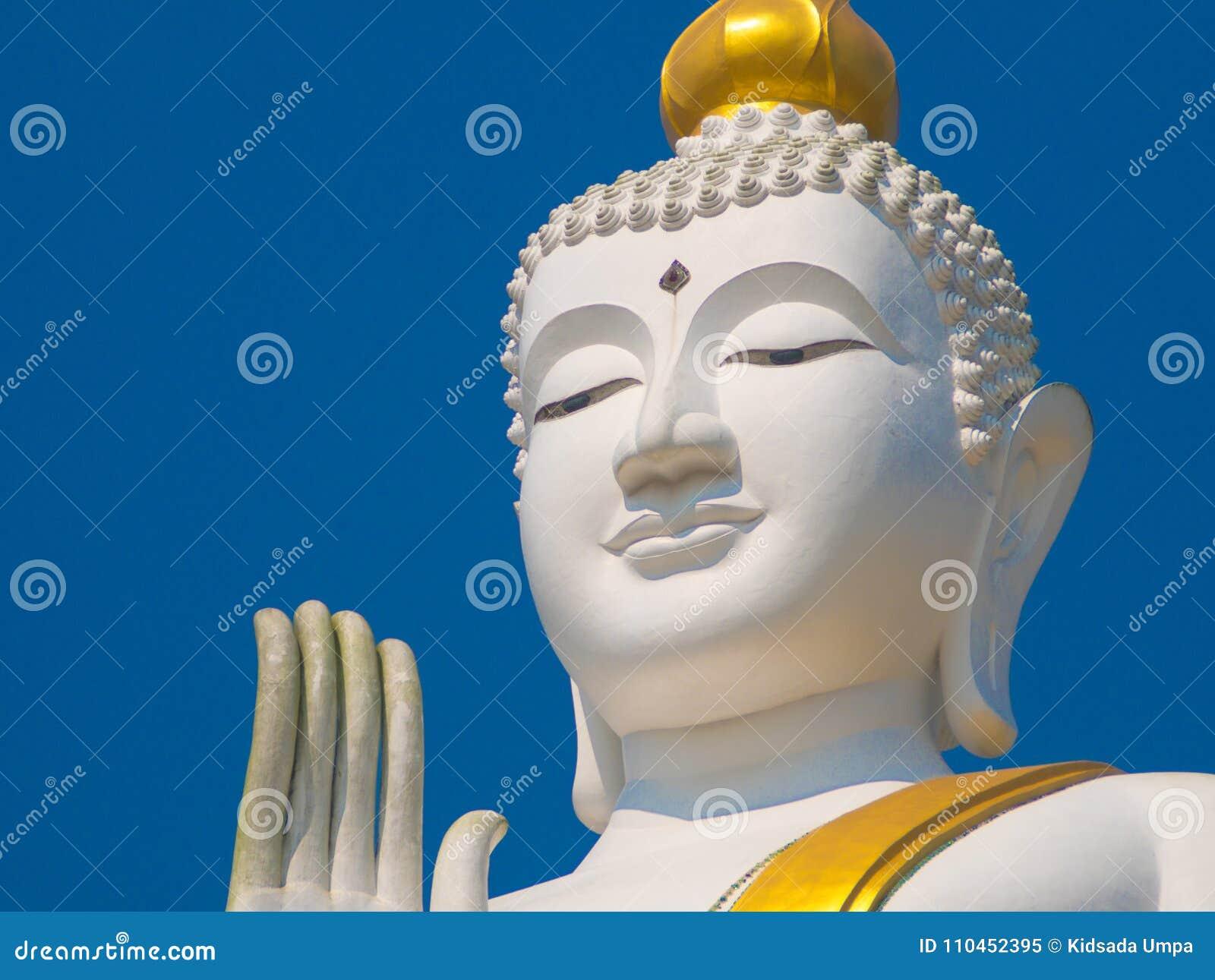 Vit och den guld- stora statyn buddha lyfter tätt upp skott