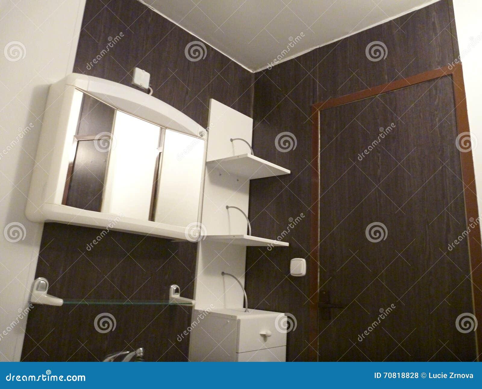 Vit och mörk brunt planlade badrummet arkivfoto   bild: 70818828