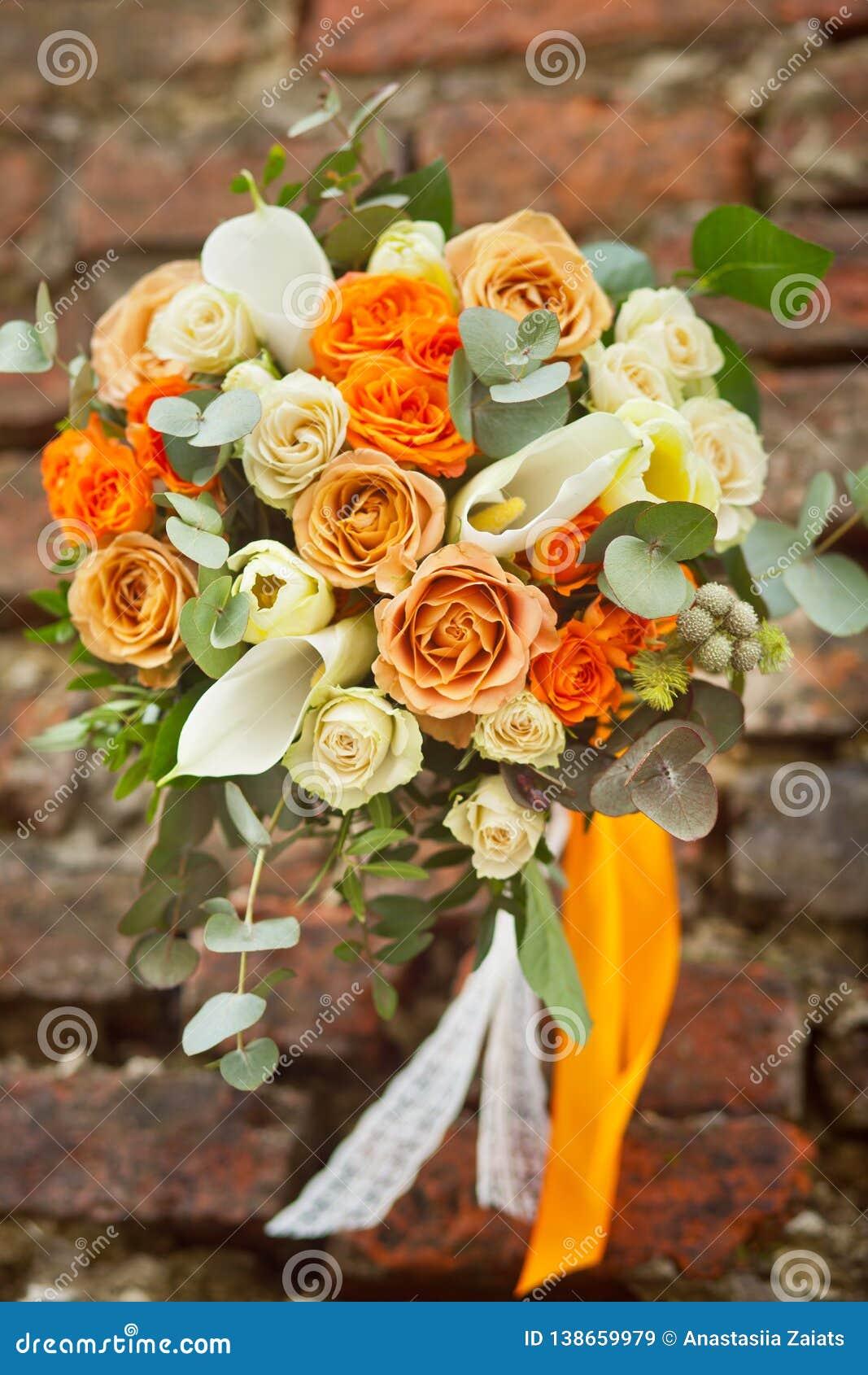 Vit och orange gifta sig bukett