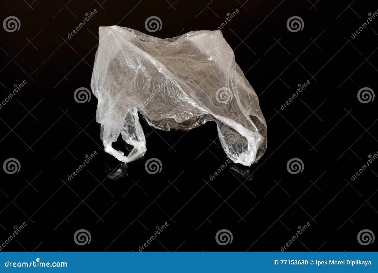 Vit plastpåse som isoleras på svart bakgrund