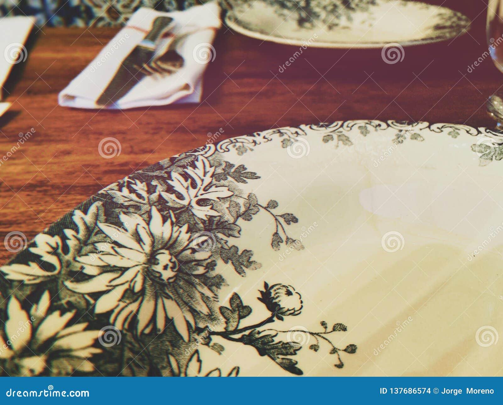 Vit platta med blommaprydnader