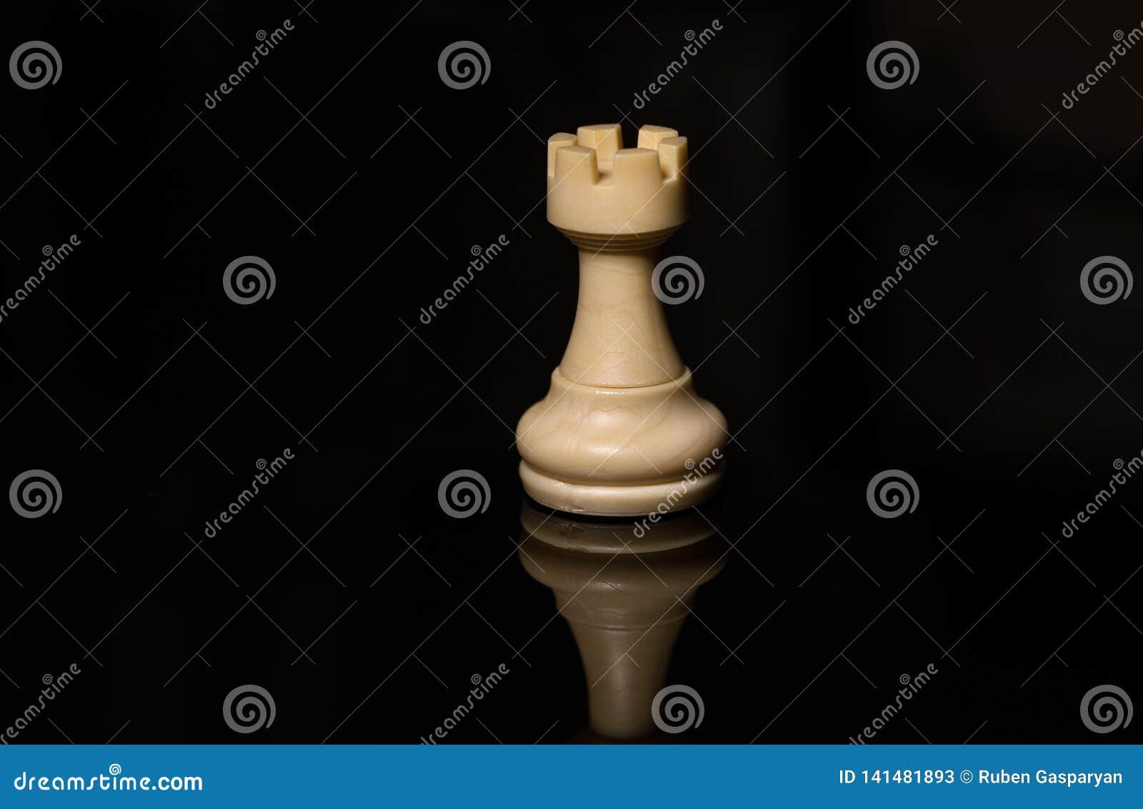 Vit råka för klassiskt schack på det svarta brädet som isoleras