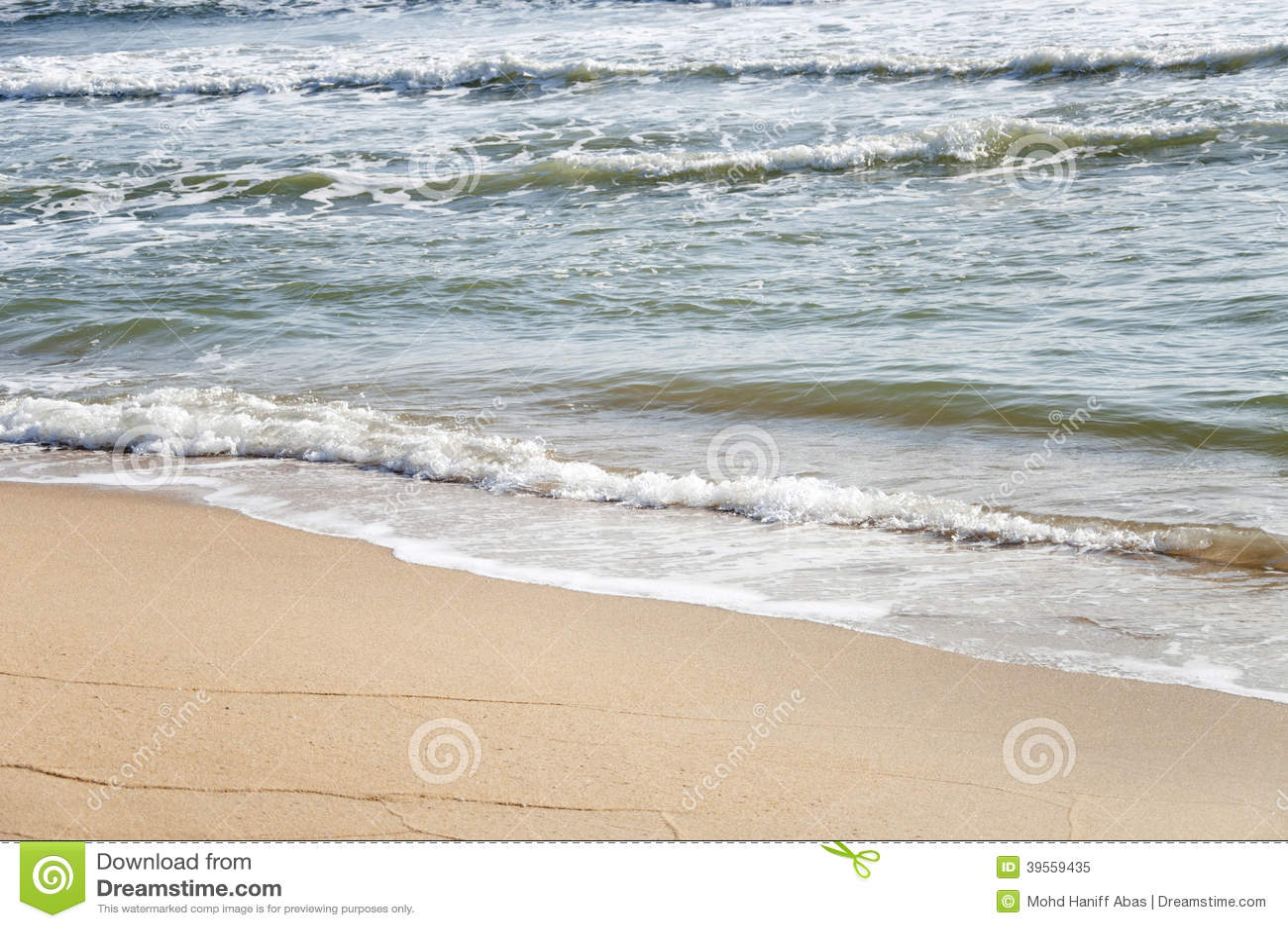Vit sand, stranden och plaskavågor