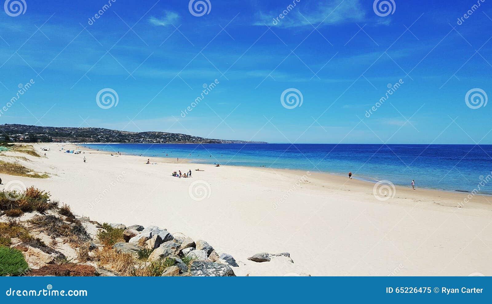 Vit sandstrand på en sommardag