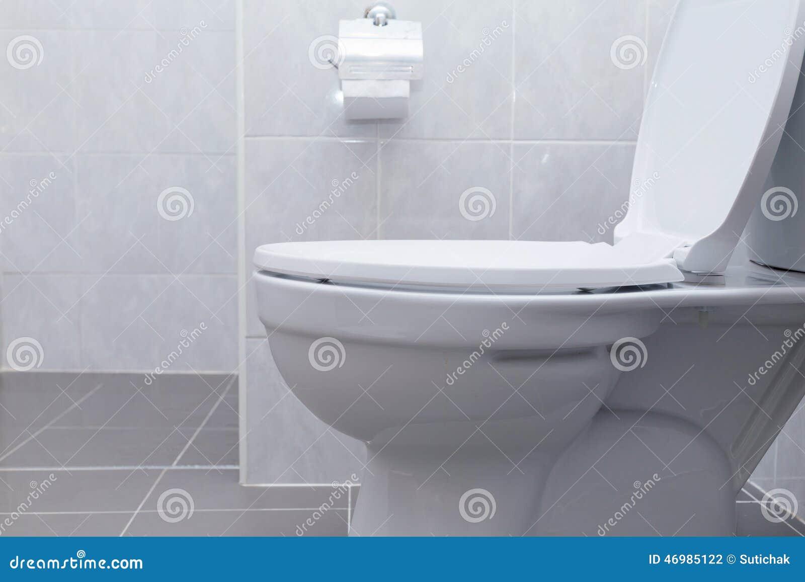 Vit slät toalett i modernt badrum arkivfoto   bild: 46985122