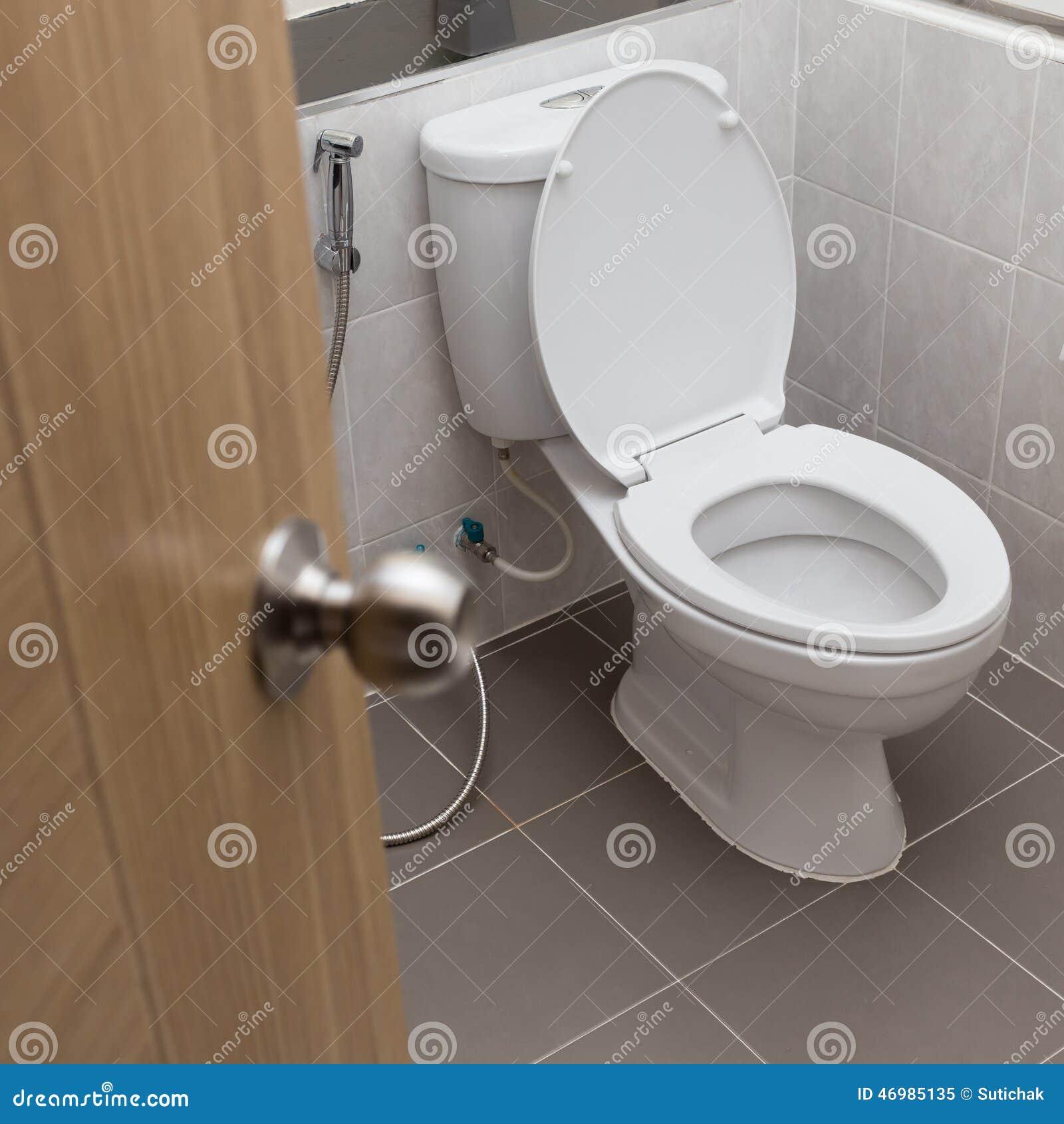Vit slät toalett i modernt badrum arkivfoto   bild: 46985135