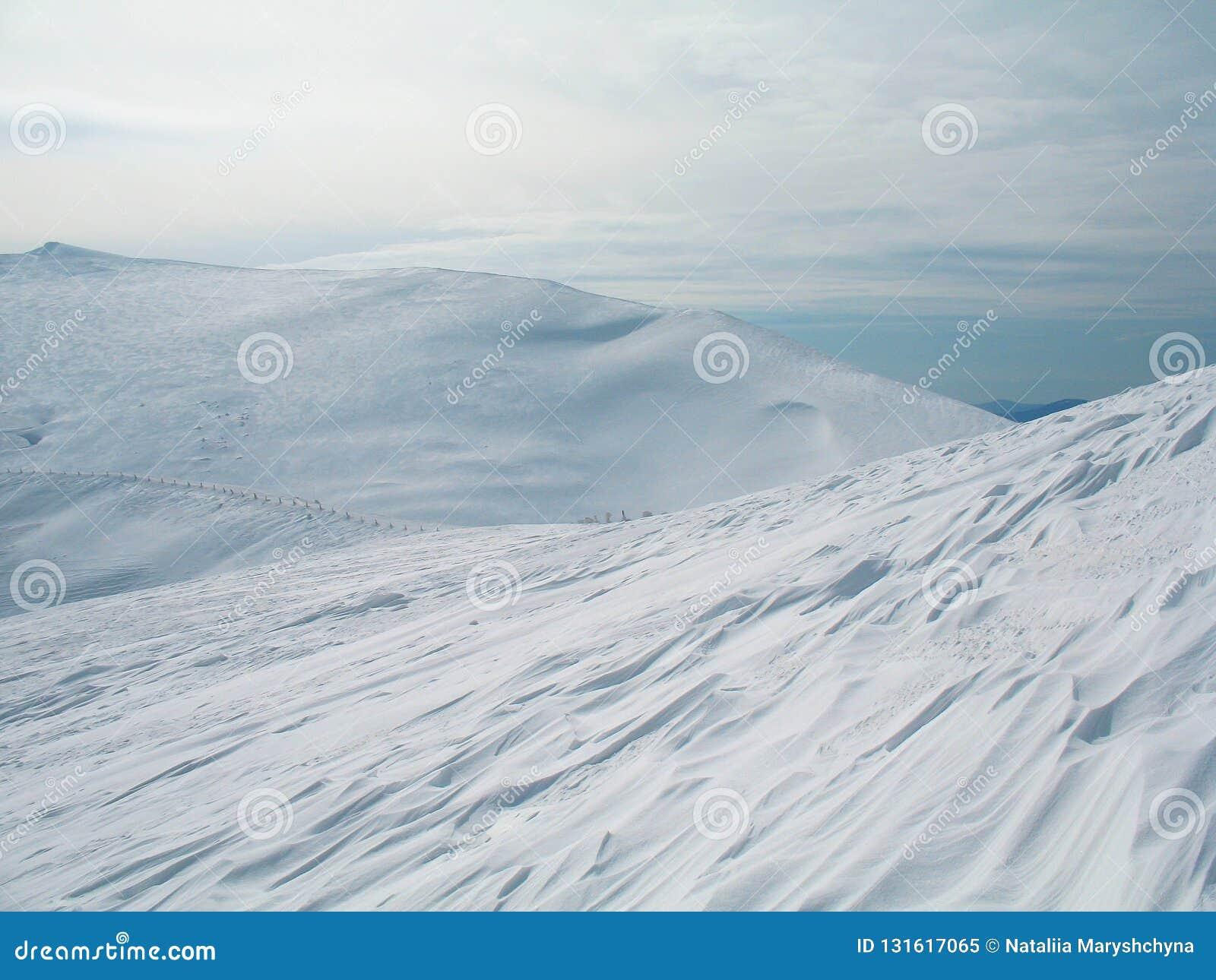 Vit snö täckte bergmaxima på höjdpunkt kall vinter för bakgrund