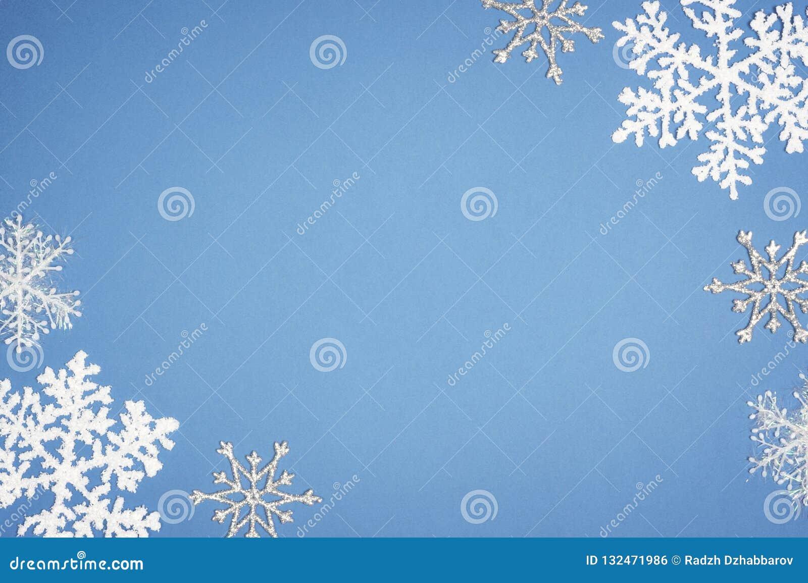 Vit snöflinga för modell på blå bakgrund Juldekor med kopieringsutrymme