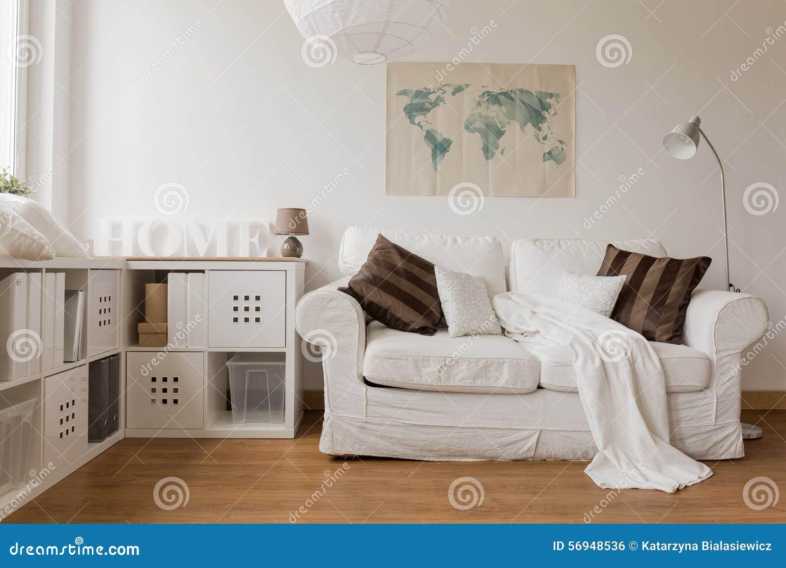 Vit soffa i vardagsrum arkivfoto   bild: 56948536