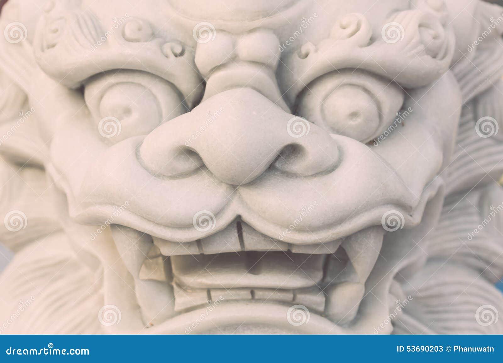 Vit ställning för marmorlejonstaty i den kinesiska templet, Thailand