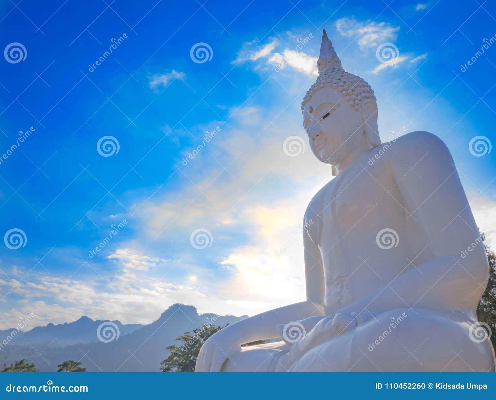 Vit statyBuddha på blå himmel