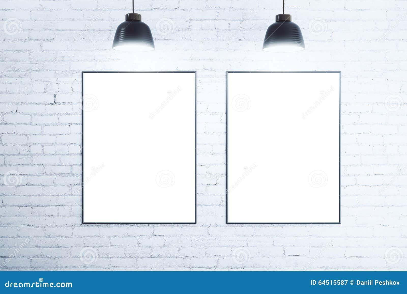 Vit tegelstenvägg med tomma vita affischer