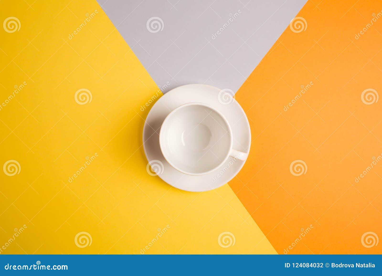 Vit tom kaffekopp på ljus guling-apelsin-beiga-grå färger bakgrund kopieringsspase, lekmanna- lägenhet begrepp av höstkafémenyn
