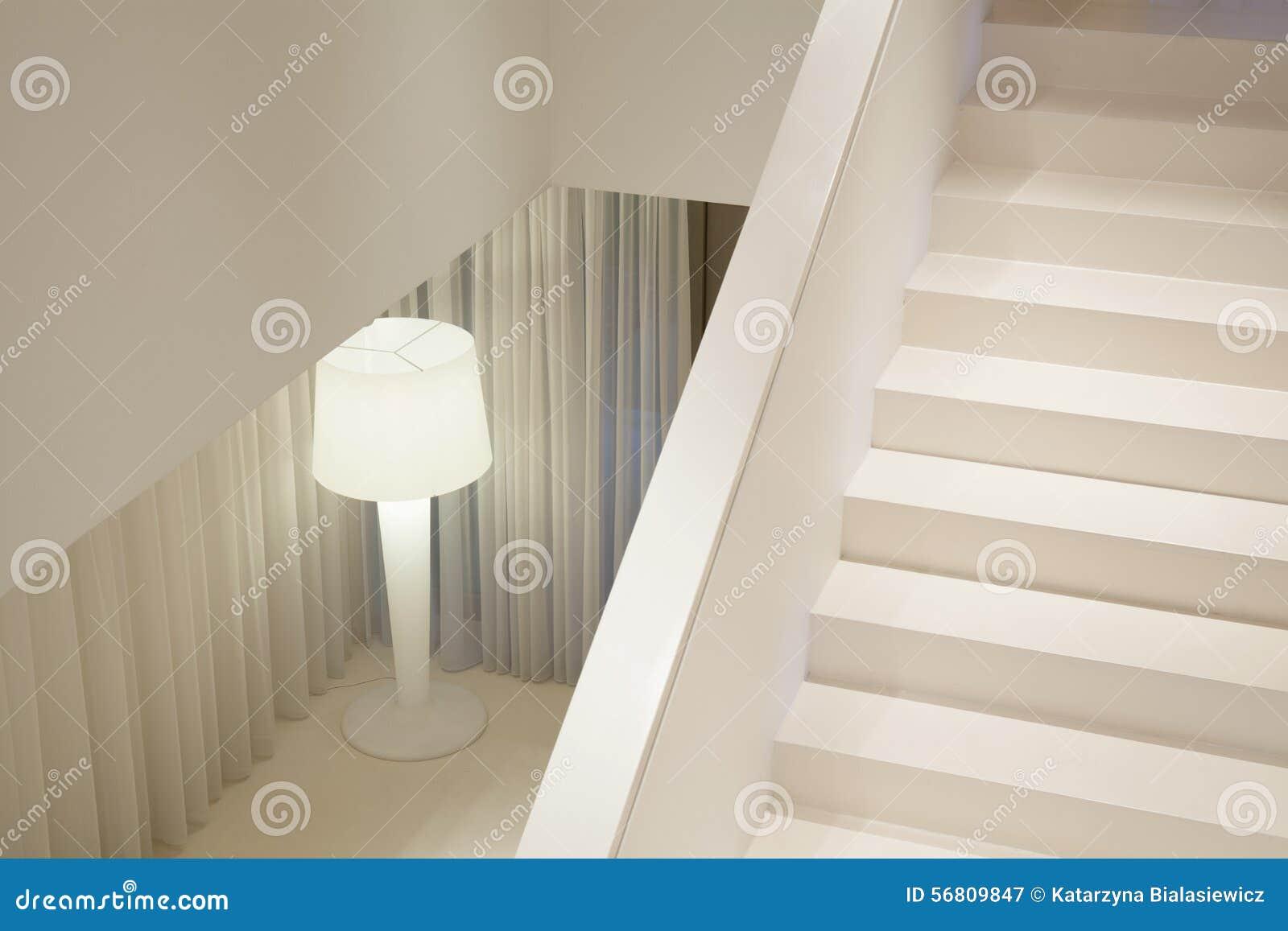 Planlagd trappa i lyxig villa arkivfoto   bild: 55324157