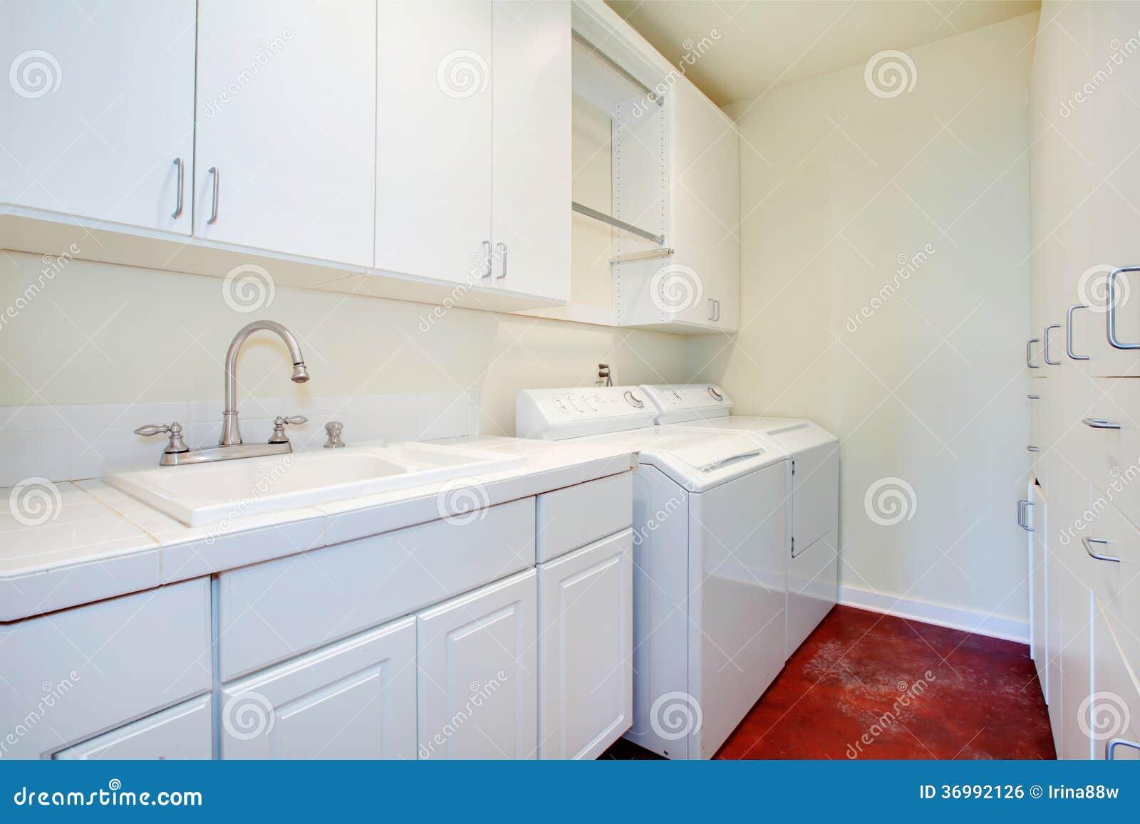 Vit tvättstuga med ett rött golv royaltyfri bild   bild: 36992126