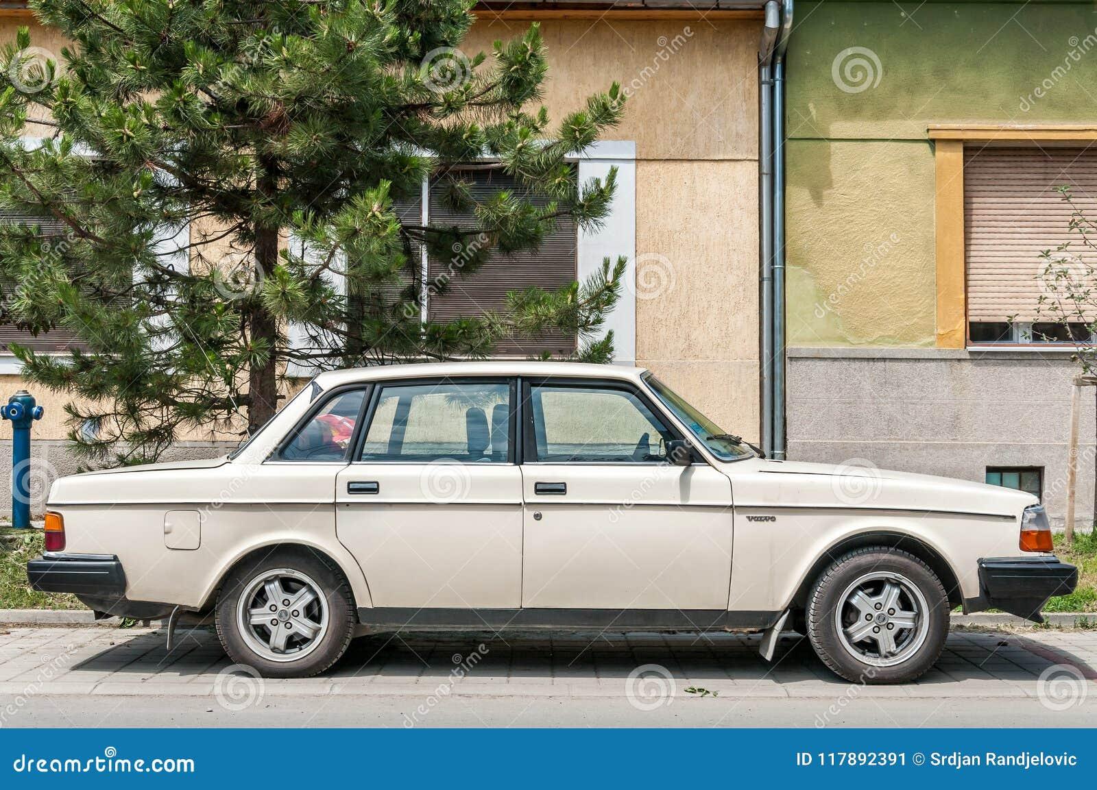 Vit Volvo 240 Bilmodell Som Parkeras Pa Bilen For Gammal Tidmatare For Gata Den Klassiska Redaktionell Bild Bild Av Kunna Modell 117892391