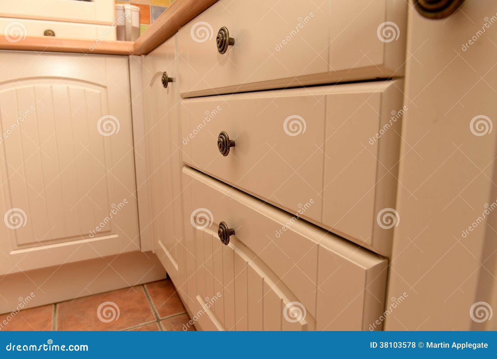 Vita köksskåp och enheter