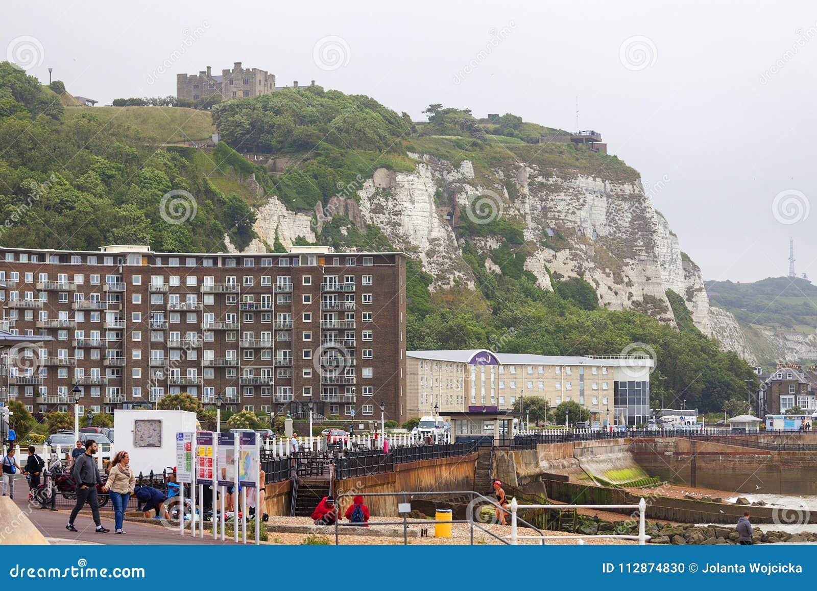 Vita klippor av Dover och medeltida Dover Castle, Dover, Förenade kungariket